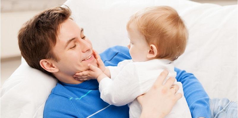 Far som holder sin datter