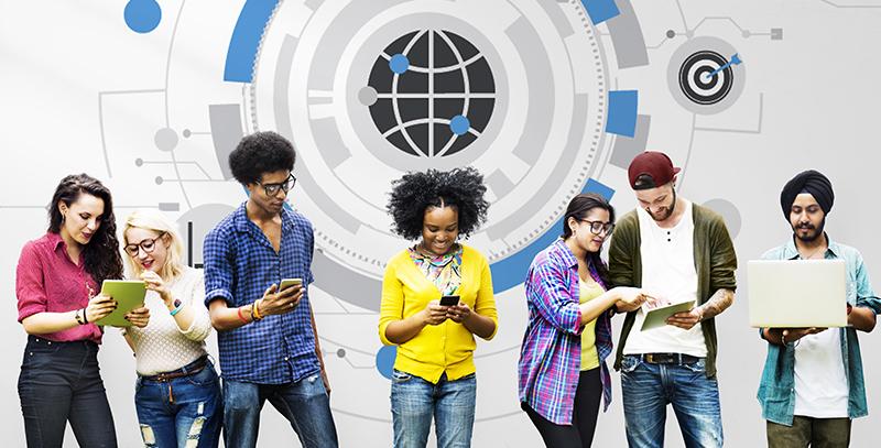 Unge mennesker som holder i mobil, ipad og pc.