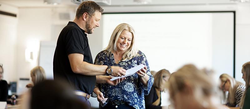 BIlde av gaglærerne Camilla Fikse og Ottar Næss i undervisningsrommet.