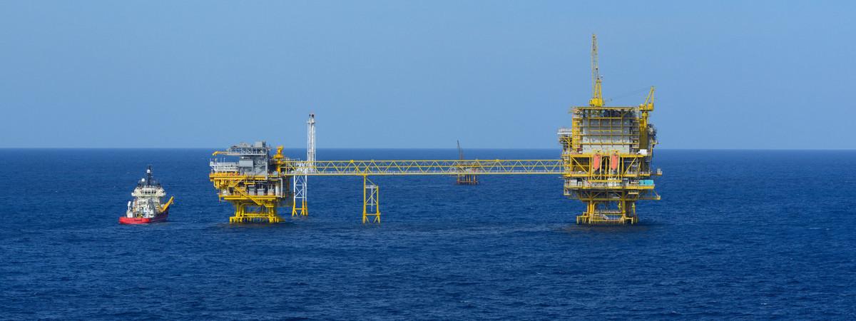 Supplybåt ved siden av oljeplattform