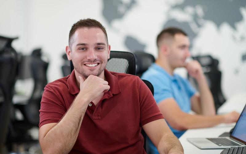 To programmerere i kontorlandskap