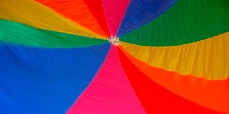 Tekstil i spekter av sterke farger